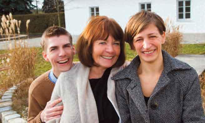 Renate Dolleisch mit Sohn und Ergotherapeutin Tina Fuhrmann